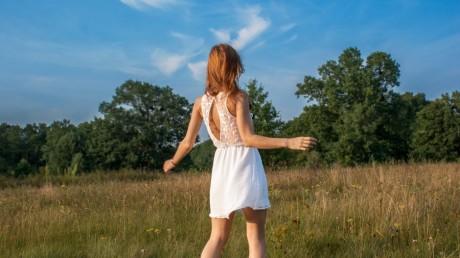biała sukienka świetna na lato