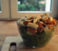 Zimowa sałatka z jarmużem i pieczonymi warzywami